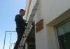 Colocando la placa en la fachada del IESO Vía Dalmacia.