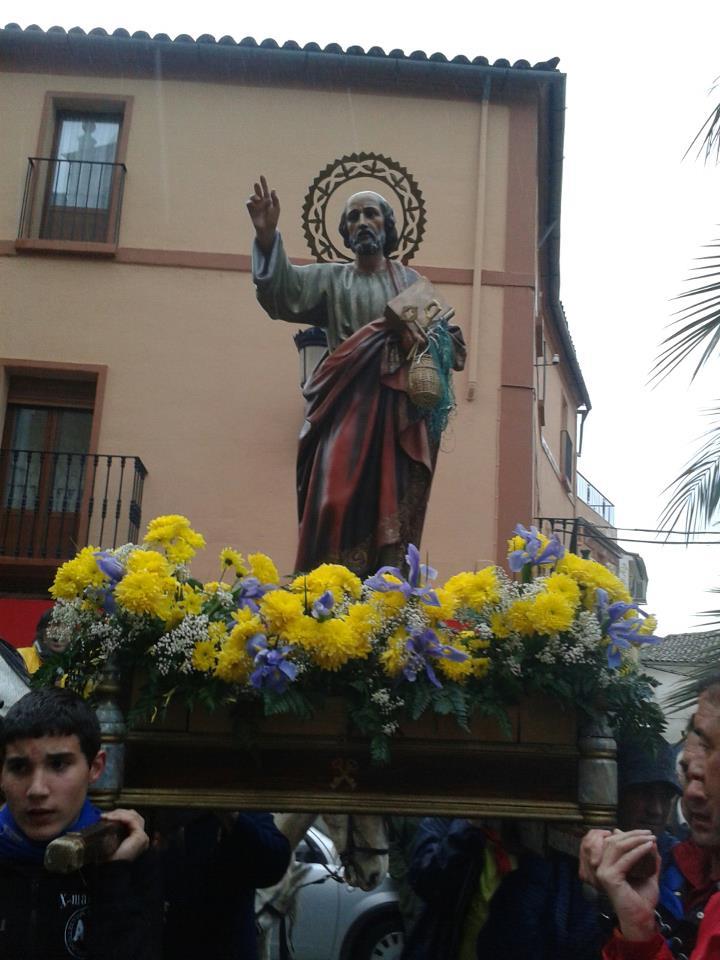 San Pedro ya está en Torrejoncillo tras un trayecto pasado por agua