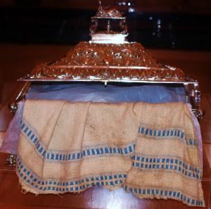 Mantel de la Sagrada Cena, conservado en la catedral de Coria en una arqueta de plata de 1678 de procedencia americana.