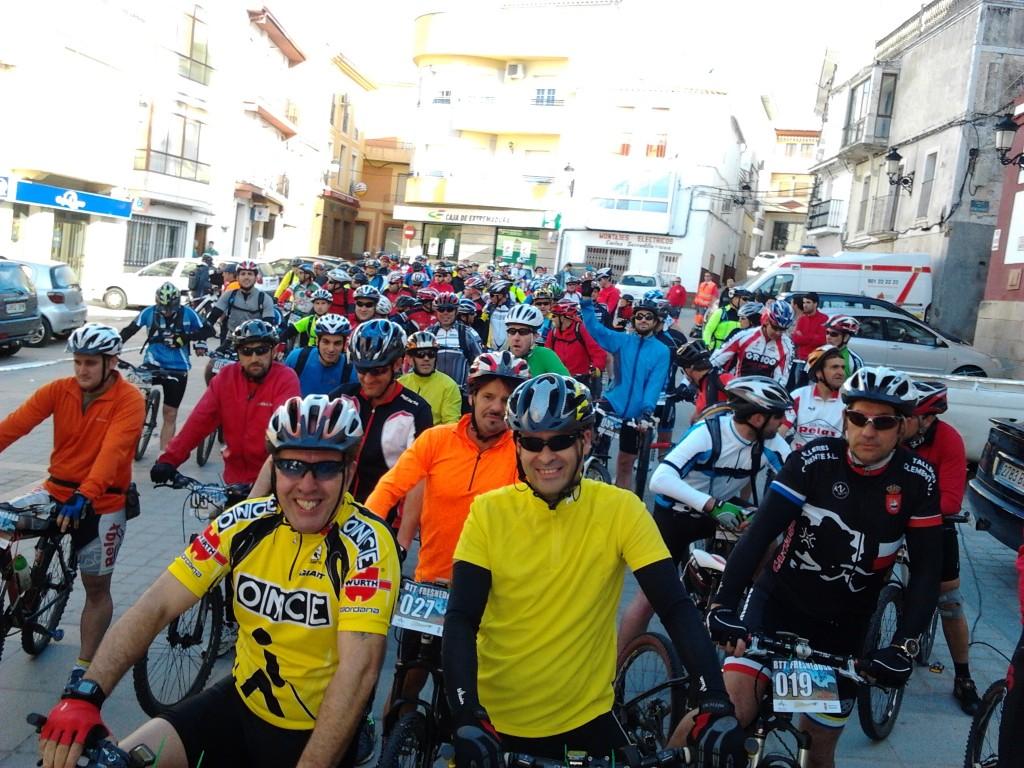 60 participantes tomaron la salida de la I BTT Fresnedosa en la Plaza Mayor de Torrejoncillo - DINAMIZACIÓN DEPORTIVA