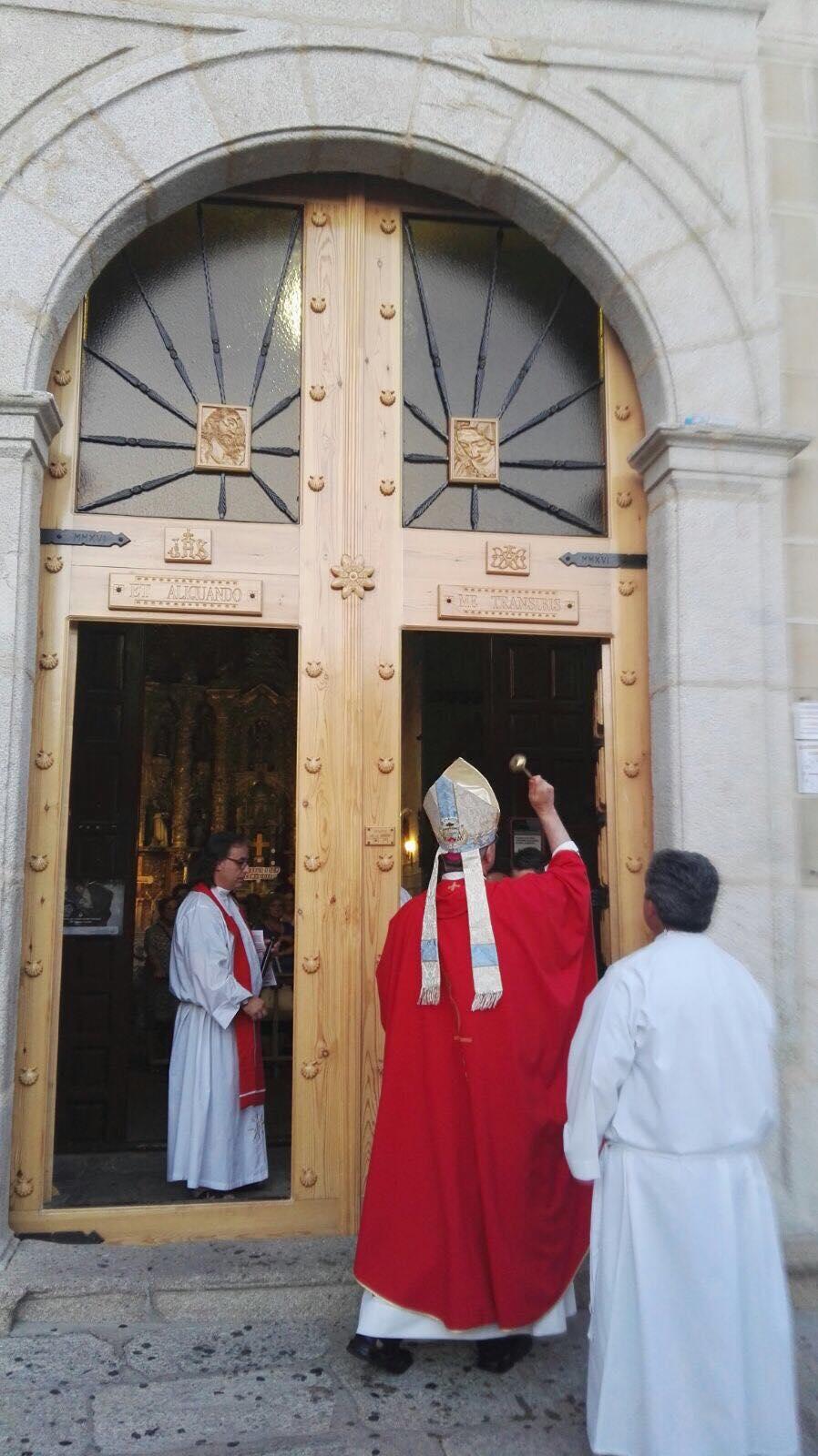 Bendición de la puerta de entrada de la Iglesia de San Andrés Apóstol