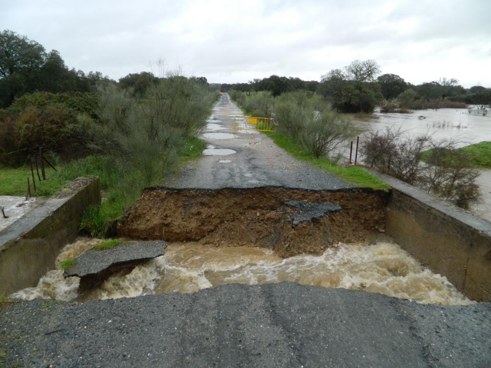 """Derrumbe completo del puente de """"La Carlomana"""" tras las últimas lluvias - DAVID MORENO"""