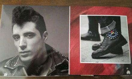 Unas botas muy torrejoncillanas en la contraportada del último disco de Loquillo