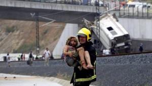 Un bombero rescata a una niña del tren descarrilado el pasado 24 de julio en Santiago de Compostela - CEDIDA