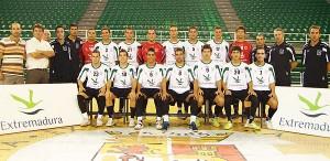 Mario con la plantilla de A.D. Extremadura de fútbol cuando militaba en la división de plata.