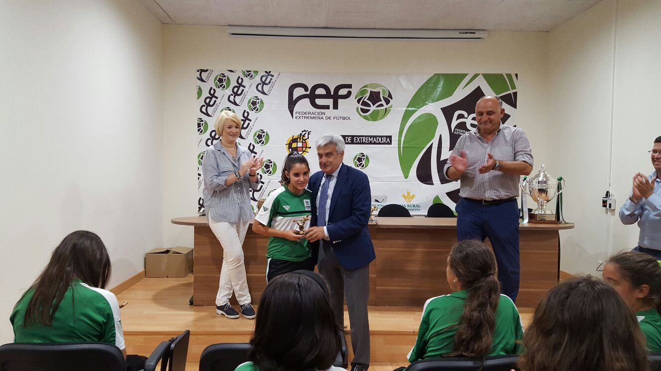 Ana Oliva recibida por el  presidente de la Federación Extremeña de Fútbol