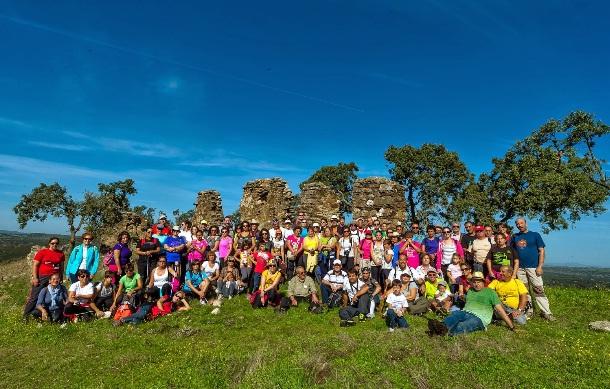 Más de 80 senderistas visitaron las ruinas de San Pedro el Viejo