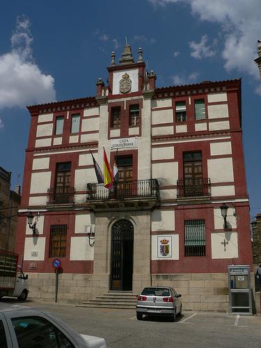 Formalización de contrato de obra de las dependencias municipales en Torrejoncillo