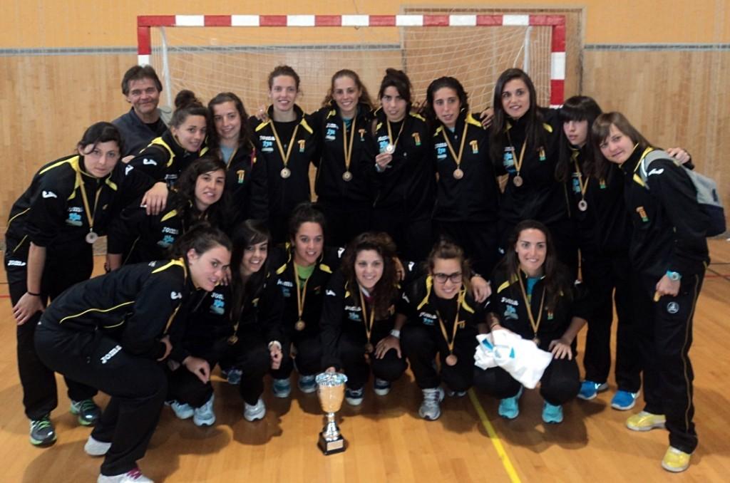 Beatriz Vizcaíno (quinta por la derecha, de pie), muestra orgullosa su medalla - CEDIDA