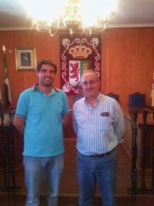 Ambos alcaldes posan junto al escudo de la localidad