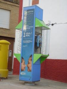 Nueva cabina telefónica instalada en la Plaza de la Vega - MIGUEL ÁNGEL LORENZO