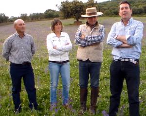 Los miembros de la Comisión de Festejos junto con el mayoral, Teodoro González - TTN