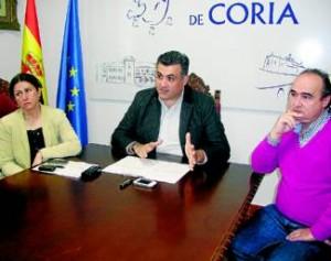 El alcalde, junto a la delegada en Rincón y al concejal de Hacienda, el miércoles en el ayuntamiento - NIEVES AGUT
