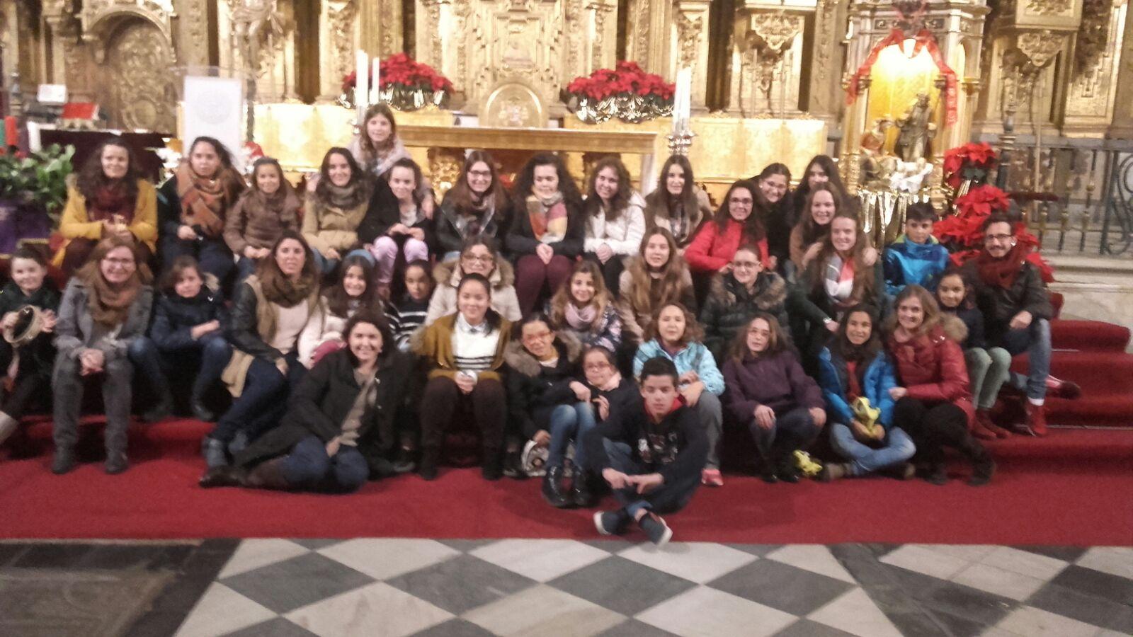 El coro parroquial de jóvenes de Torrejoncillo animó el Pórtico de la Navidad en Coria