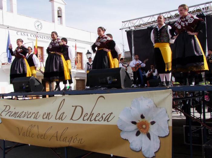 """Los Coros y Danzas de Torrejoncillo clausuraron """"Primavera en la Dehesa"""" en Cachorrilla - ARCHIVO"""
