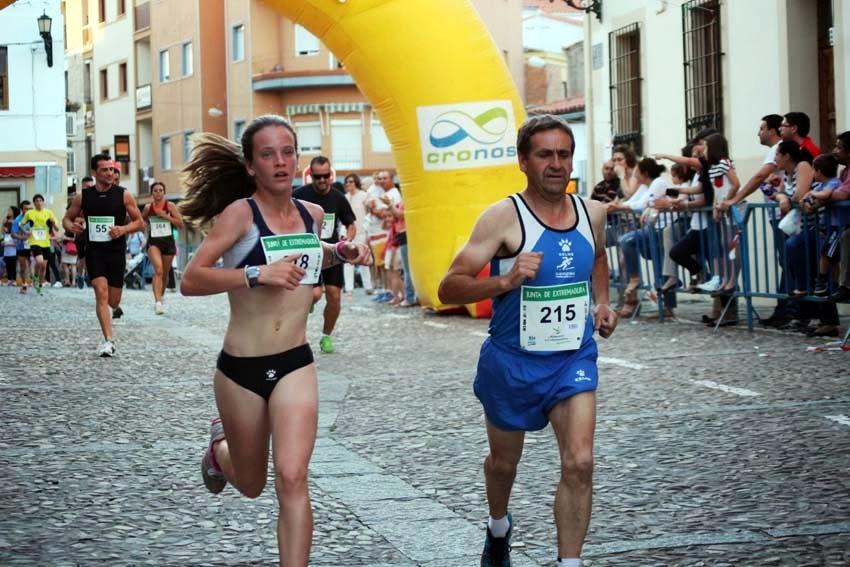 Andrea Testón, campeona del Cross Urbano de Coria, y Pepe Moreno, pasado, presente y futuro del Club Atletismo Torrejoncillo - ATLETISMO CAURIENSE