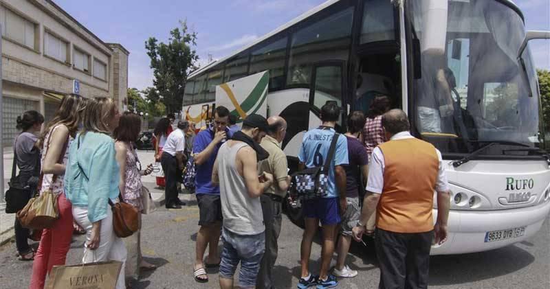 Los viajeros que esperaban en Cáceres fueron trasladados a sus destinos en autobús tras quedar cortada la vía, ayer - FRANCIS VILLEGAS