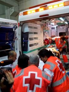 Foto: Gloria Gil. Momento en el que Emilo es subido a la ambulancia