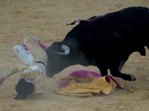 Fotografía: Diario Hoy. Momento de la cogida en el quinto de la tarde.
