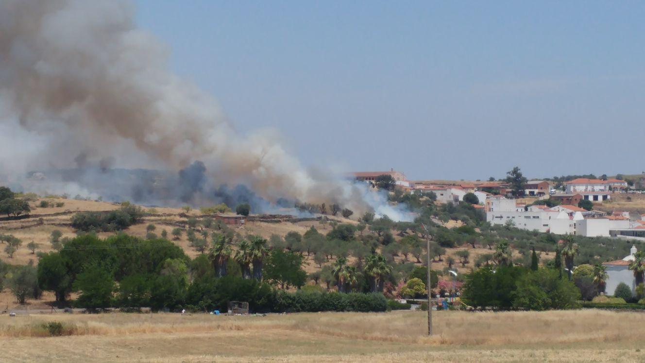 Fuego activo en las traseras del IESO en el momento de esta publicación