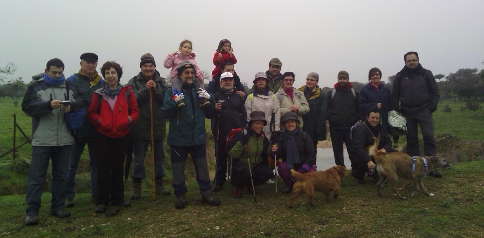 Ni el mal tiempo ni la lluvia impidieron que la Asociación Cultural se fuera de ruta senderista