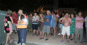 Numerosos vecinos acudieron a la plaza de Granadilla conmocionado con lo ocurrido - NIEVES AGUT