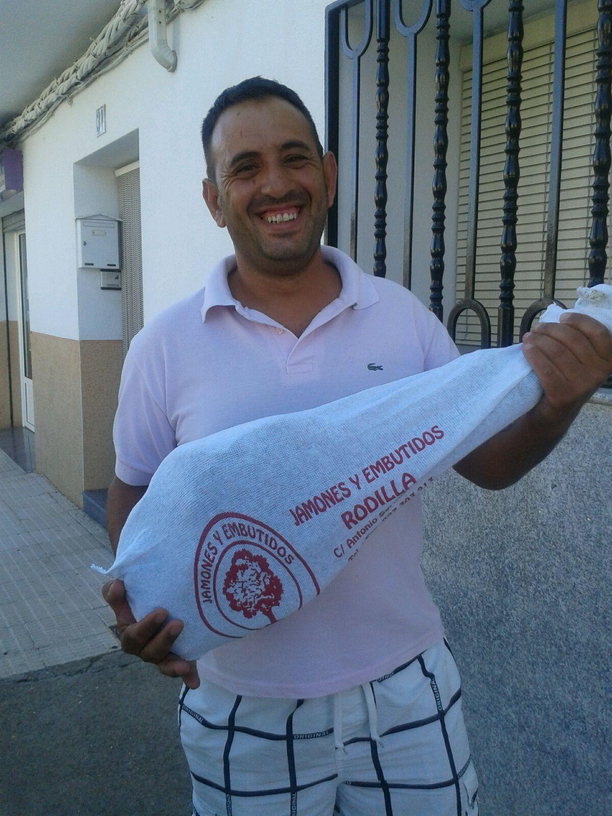 Jorge Bertol se llevo el Jamón de la Asociación Devotos de San Antonio