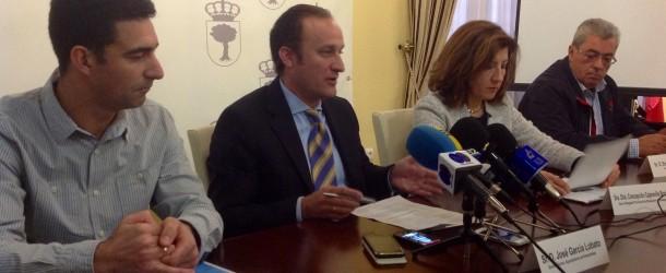 José Pedro Martín, a la izquierda, junto al alcalde de Almendralejo y la delegada provincial - COPE ALMENDRALEJO