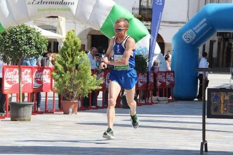 Roberto Martín gana en los 10 km y Juan Luis Cirujano finaliza cuarto en la VII Media Maratón de Cáceres