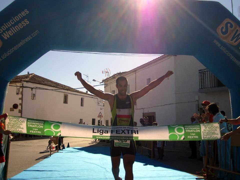 Kiko Lázaro se impone en el Triatlón de Arroyo de la Luz