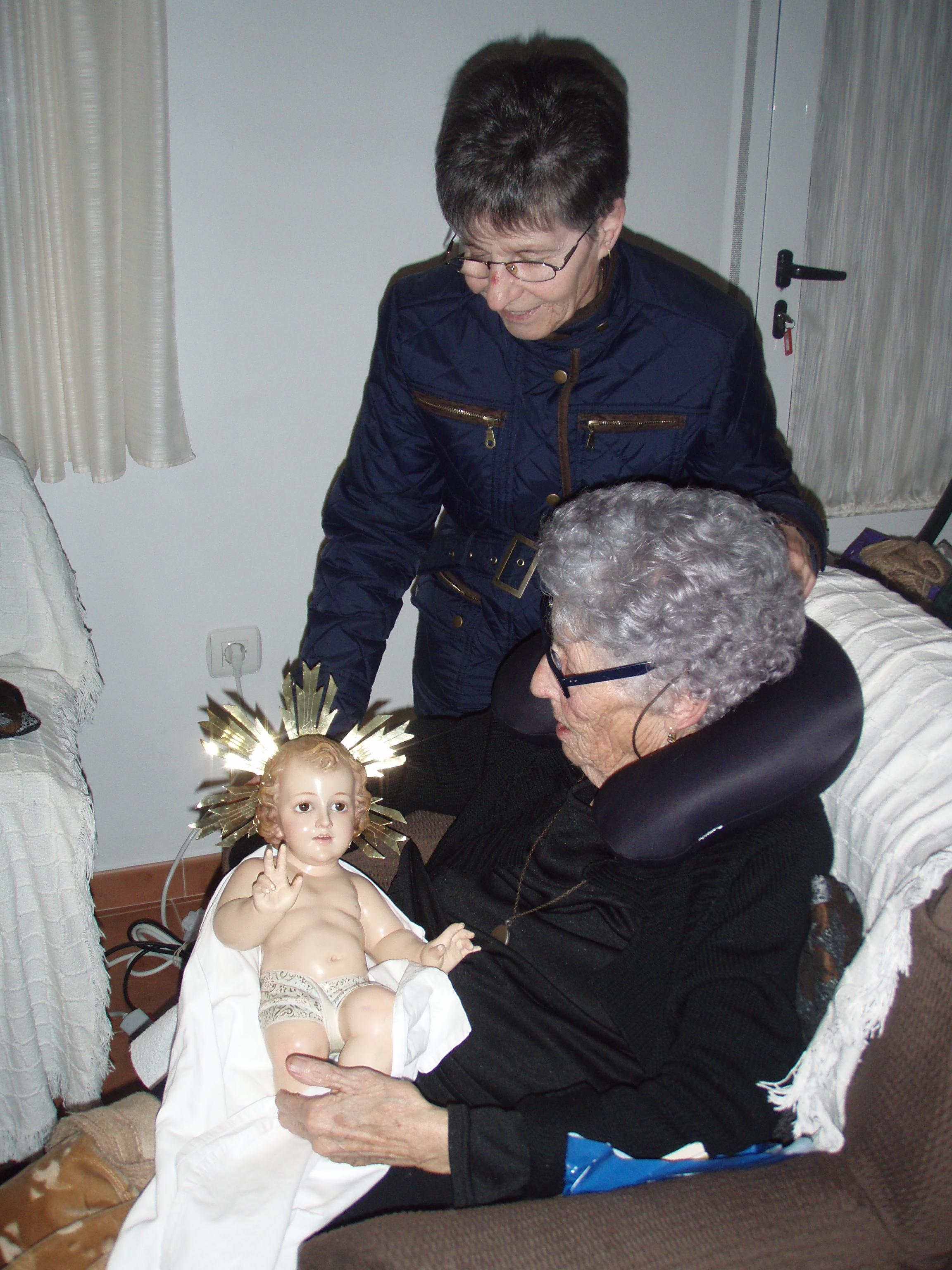La pastoral de la salud de Torrejoncillo lleva el niño jesús a los mayores.