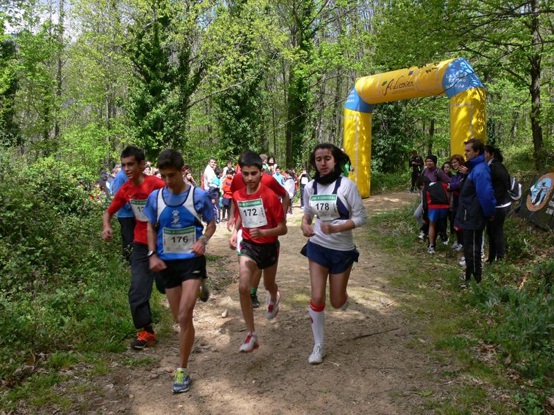 David Moreno (de azul) y Zambra Serradilla (a la derecha), campeones de Extremadura juvenil de carreras por montaña - FEXME