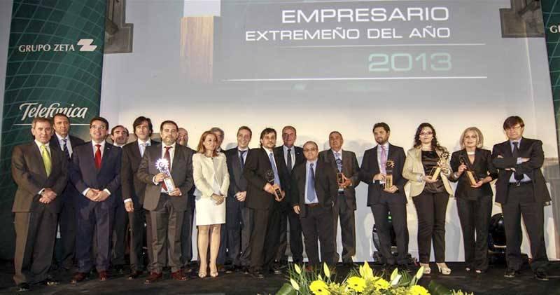 Los ocho galardonados en la noche de la empresa extremeña junto a los autoridades y representantes del Grupo Zeta y El Periódico de Extremadura - FRANCIS VILLEGAS / J. M. RUBIO