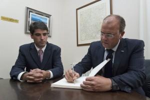 Foto: Gobex. Reunión de José Antonio Monago con Moisés Leví Paniagua, alcalde de Torrejoncillo.