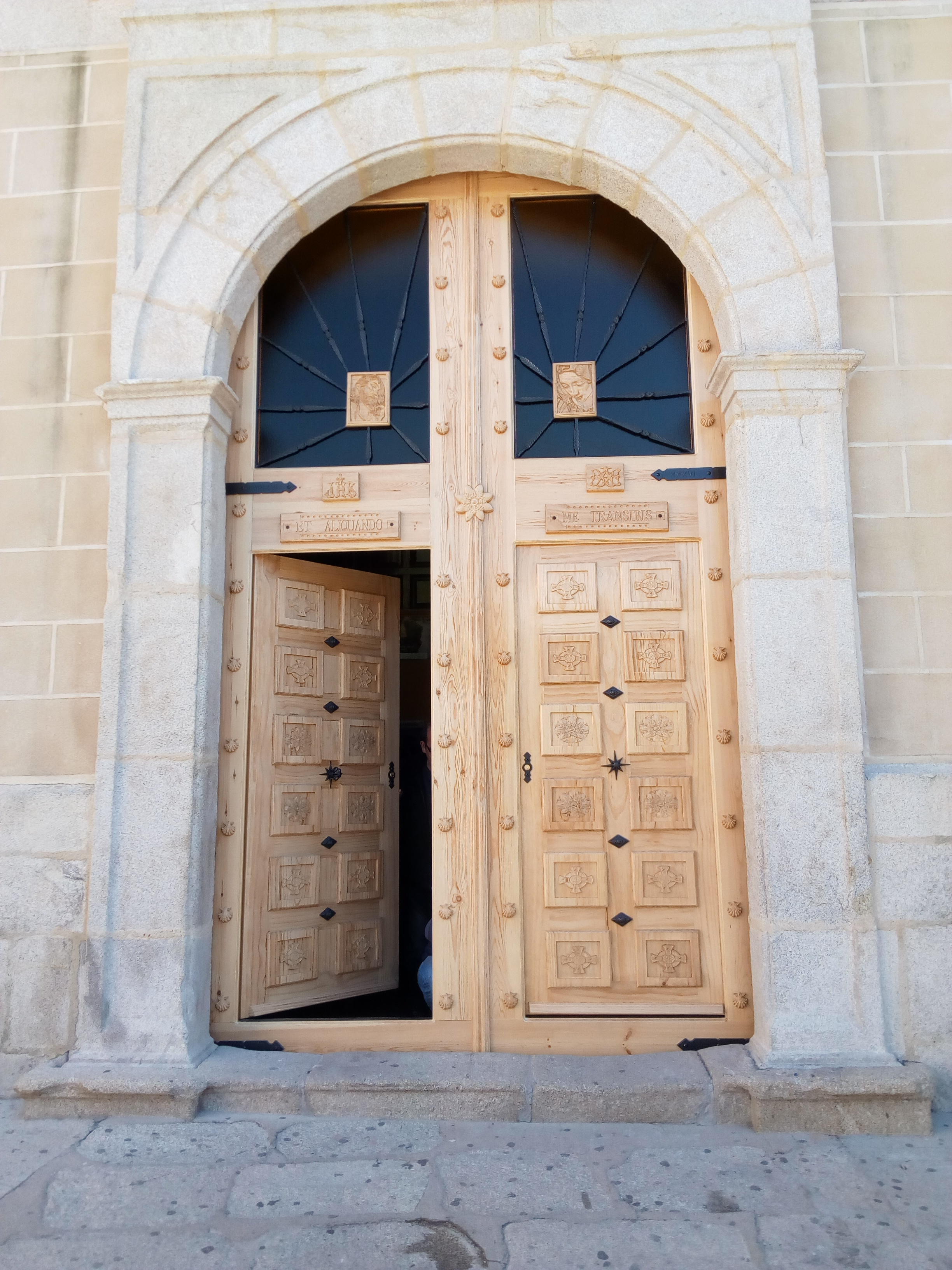 La nueva puerta de la Iglesia de San Andrés Apóstol ya está instalada