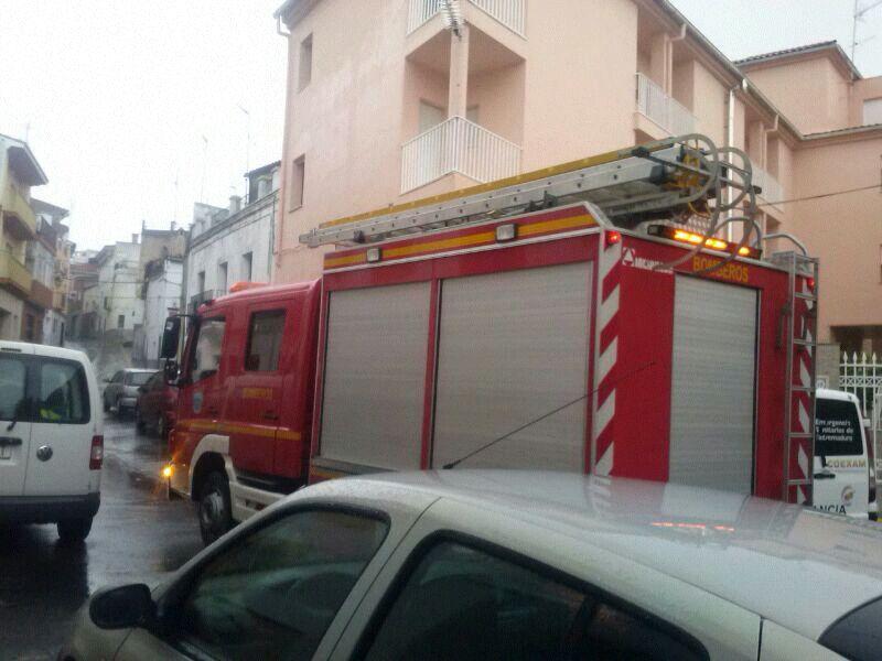 Presuntamente una máquina de oxígeno en la residencia Santa Isabel provoca un incendio y accidente de tráfico sin daños personales en la carretera de Coria