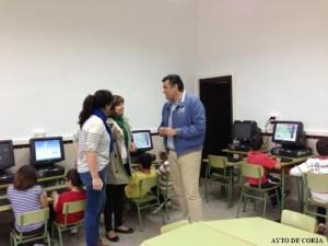 El alcalde y la delegada en Rincón del Obispo, junto a una monitora y niños - CEDIDA