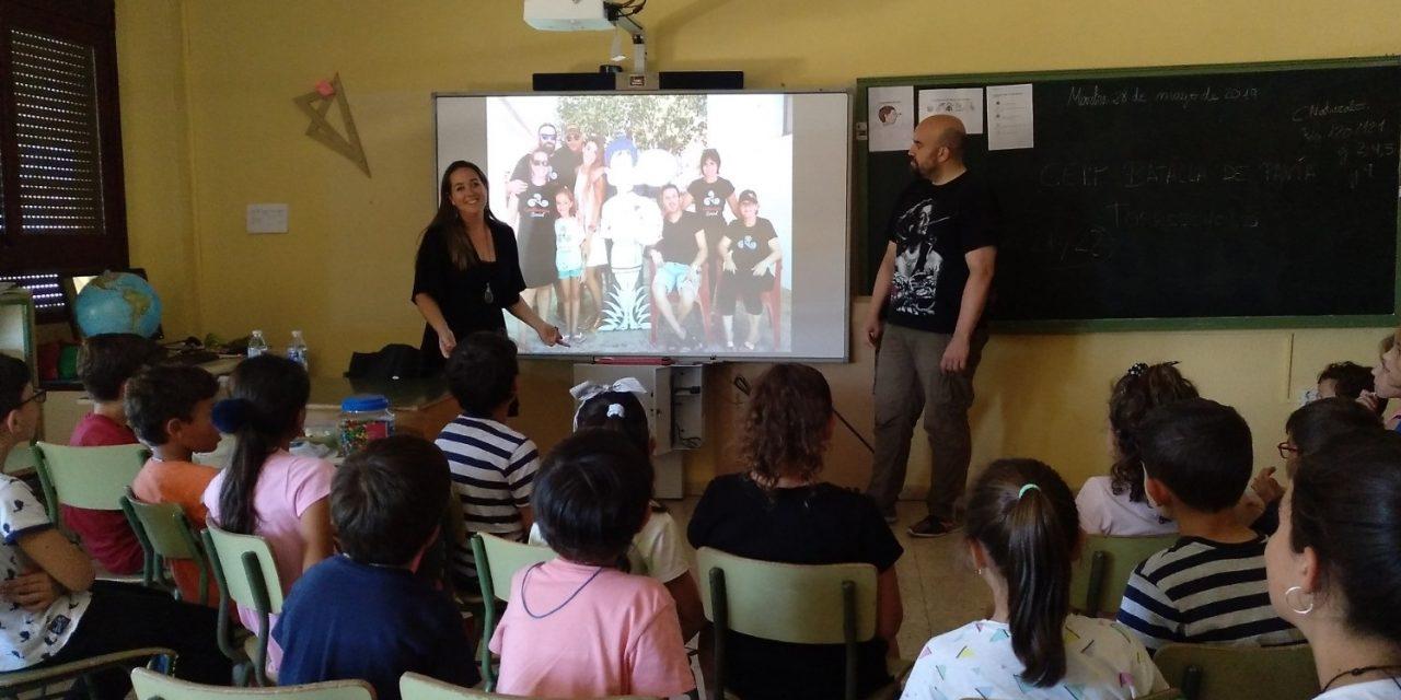 Alumnos y madres de Torrejoncillo participan en una charla educativa y un taller solidario