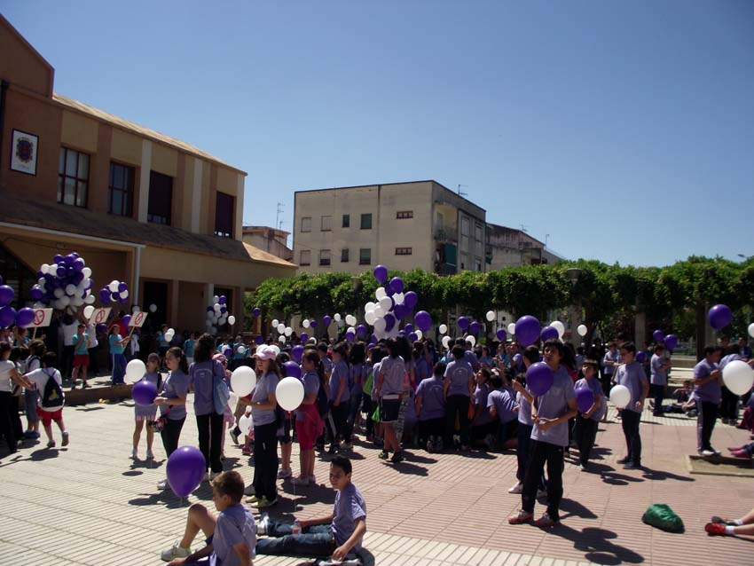 Suelta de globos en la Plaza de la Solidaridad de Coria al finalizar la marcha - DEPORTES CORIA