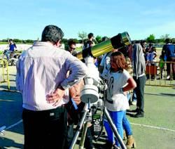 Varias personas, en la observación astronómica en Ceclavín - CEDIDA
