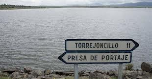 La CHT se compromete a impulsar el mantenimiento de la carretera de acceso a la presa de Portaje