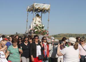 Miles de personas en la romería de Argeme