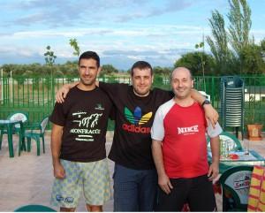 """Antonio Muelas (centro) junto a nuestros paisanos """"Chepe"""" (izq.) y """"Galy"""" en Torrejoncillo."""